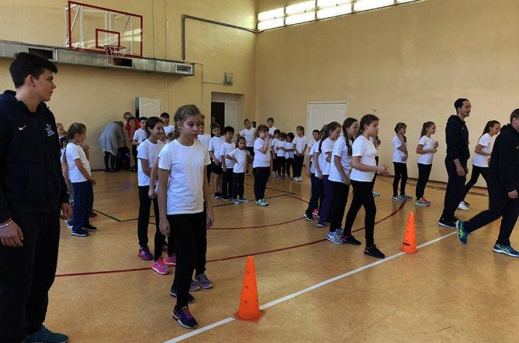 Приморские хоккеисты - игроки «Тайфуна» провели урок физкультуры в уссурийской школе