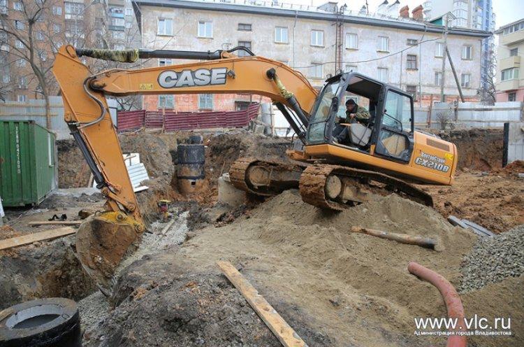 Для нового спортзала во Владивостоке возводят подпорную стену