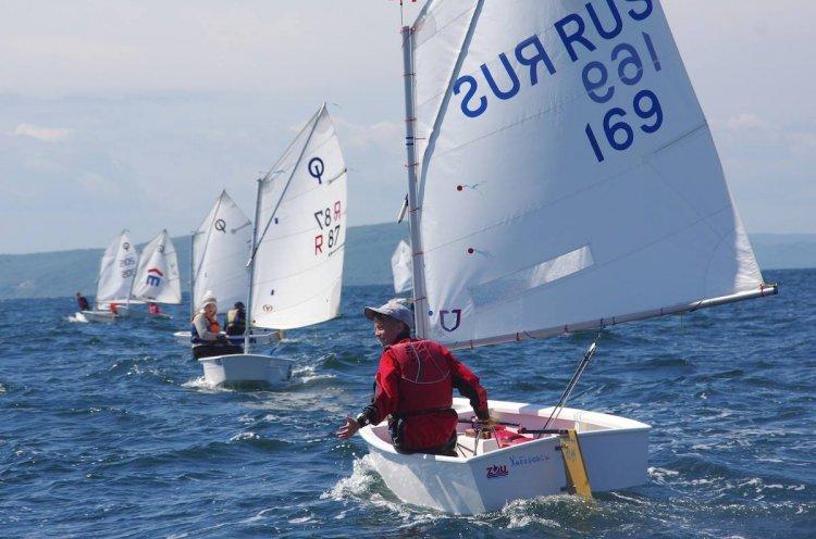 Суровая приморская погода испытывает юных яхтсменов на прочность