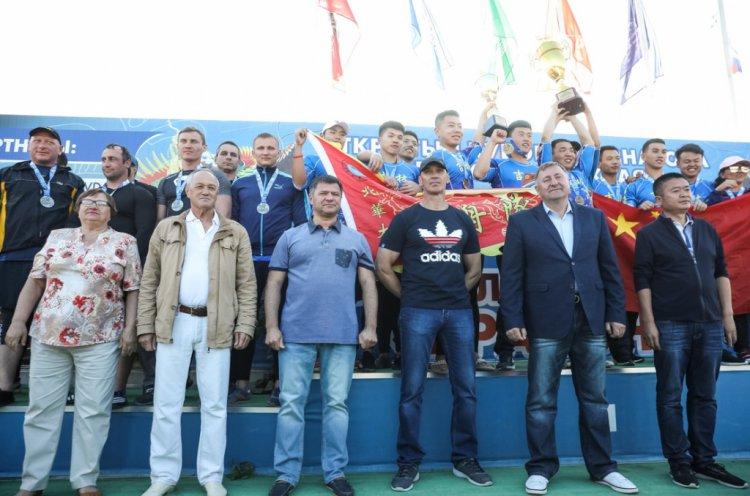 Андрей Тарасенко вручил награды лучшим гребцам Приморья