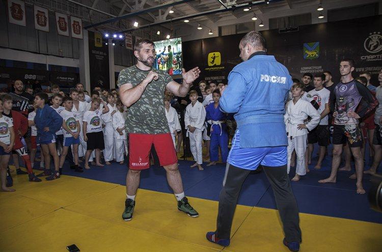 Известный российский самбист Виталий Минаков дал мастер-класс в Приморье