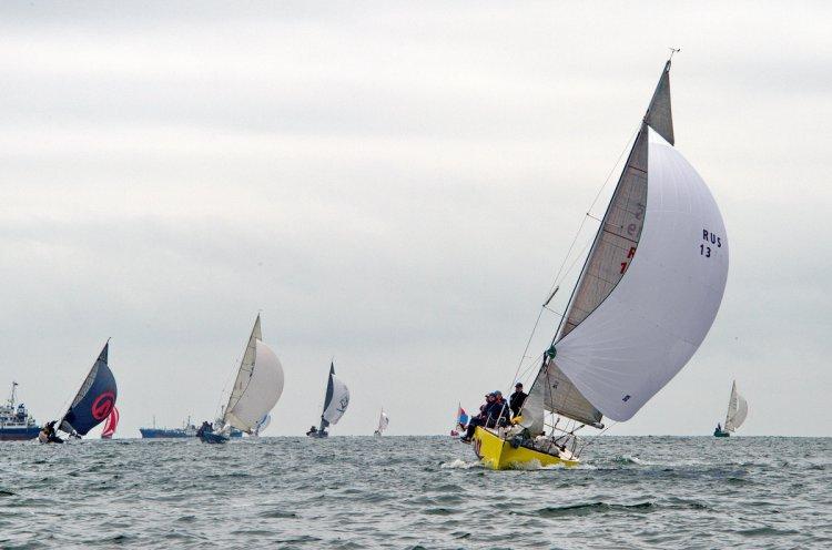 Приморские яхтсмены отметили День России парусной регатой