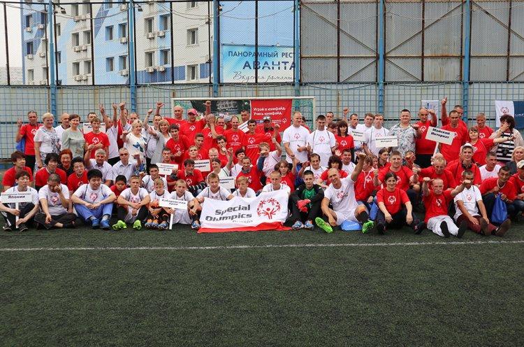 Впервые атлеты Специальной Олимпиады России и Японии сыграли в футбол в Приморье