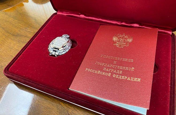 Олег Кожемяко вручил государственную награду сыновьям знаменитого приморского гонщика