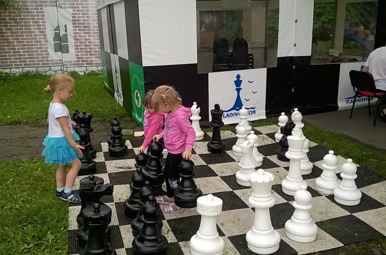 Поиграть в шахматы под открытым небом могут все желающие во Владивостоке