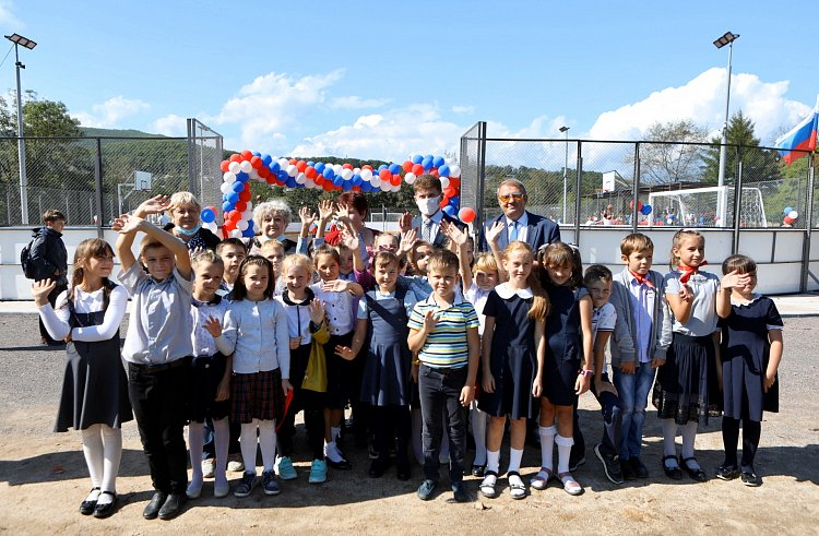 Первую спортивную площадку открыли в приморском поселке Терней по нацпроекту