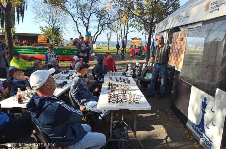 «Шахматы для всех»: в парке имени Сергея Лазо прошел сеанс одновременной игры