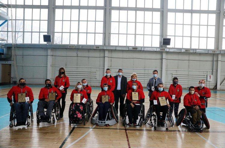 Спортсменам с поражением опорно-двигательного аппарата вручили новые кресла-коляски