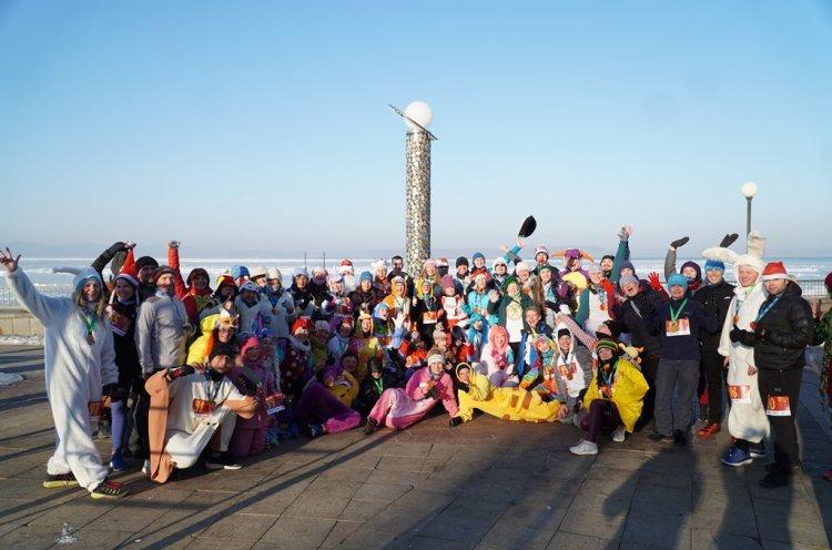 Жители Владивостока вышли на пробежку в новогодних костюмах