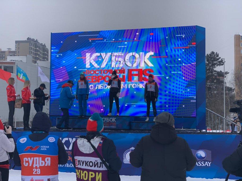 海边滑雪者在国际比赛中获得铜牌