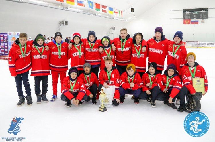 Юные хоккеисты из Артема впервые поднялись на пьедестал всероссийского турнира «Золотая шайба»