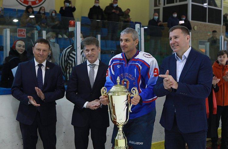 Губернатор Приморья наградил победителей хоккейного турнира имени Романа Клиза