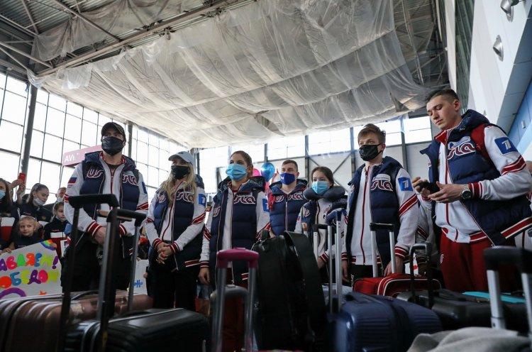 Приморские болельщики в аэропорту Владивостока поздравили российских фигуристов с победой на чемпионате мира