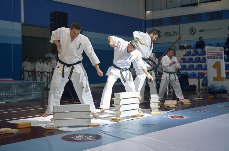 Приморцы успешно выступили на домашнем чемпионате ДФО по киокусинкай