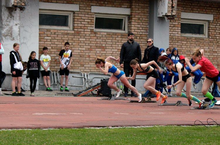 Быстрее ветра, несмотря на дождь: юные приморские легкоатлеты взяли «Первую высоту»