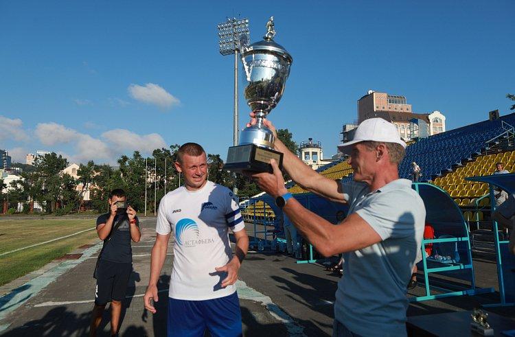 Олег Кожемяко наградил победителей Кубка Приморья по футболу